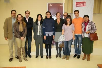 Receptores de las ayudas  con la vicerrectora y la presidenta del Consejo Social ( en el centro) momentos antes del acto
