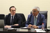 El rector José Carlos Gómez Villamandos y el consejero de Economía y Conocimiento, Antonio Ramírez de Arellano, durante la intervención éste ante el Consejo de Gobierno
