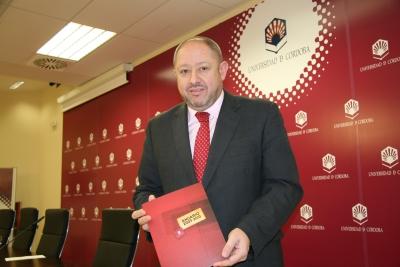 Manuel Torralbo posa ante los medios de comunicación con el nuevo anuario de la UCO
