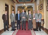 El rector, José Carlos Gómez Villamandos, acompañado de los profesores eméritos que han recibido la tarjeta universitaria en el Rectorado.