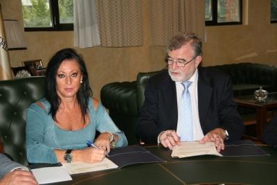 Maria Dolores Jiménez y Jose Manuel Roldán durante la firma