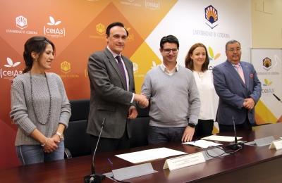 De izquierda a derecha, Elena Jiménez, José Carlos Gómez Villamandos, Pedro García, Carmen Borge y Antonio Arenas, en el acto de firma del acuerdo entre las dos instituciones