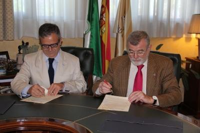 Salvador Fuentes y José Manuel Roldán, durante la firma del convenio.