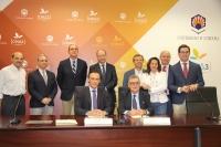 Sentados, José Carlos Gómez Villamandos y Bernabe Galán. De pie, los responsables del desarrollo del convenio por parte de las dos instituciones.