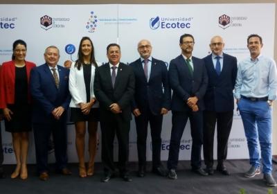 Foto de familia de las autoridades participantes en el  congreso de la Universidad ECOTEC