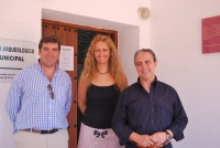 La directora académica de los cursos junto a los dos ponentes