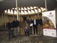 Criadores y universitarios, en las instalaciones del hospital, tras la firma del convenio