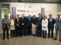 El rector de la UCO, José Carlos Gómez Villmandos (cuarto por la derecha) junto a autoridades y responsables del IMIBIC posan tras recibir la noticia
