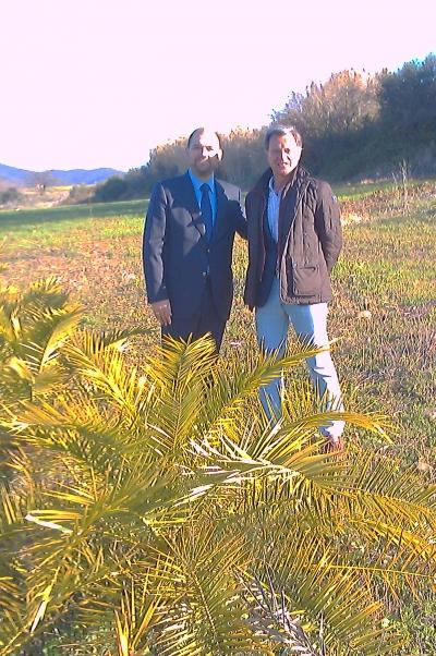 Enrique Quesada (izq) y Rafael Jordano junto a una de las palmeras donadas