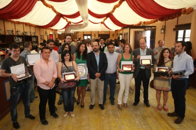 Los premiados con sus placas de reconocimiento