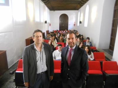 Fernando Fuentes ( izq) y el representante de Garrigues durante la sesión de presentación