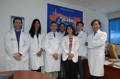Estudiantes estadounidenses junto a médicos internistas del hospital