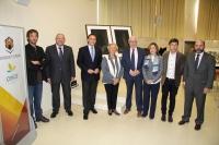 Autoridades asistentes a la rueda de prensa para dar a conocer el fallo del Jurado posan ante la obra ganadora y las finalistas