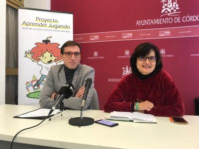 La presidenta del INGEMA, Amparo Pernichi y el investigador Jorge Alcántara, durante la presentación de la II Feria de las Ciencias 'Aprender Jugando'.