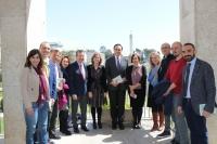 José Carlos Gómez Villamandos, Vicente Sánchez y Mª Carmen Liñán (en el centro),con profesorado de Ciencias de la Educación y el vicerrector de Estudiantes.