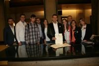 Los estudiantes y Antonio Manuel Rodríguez, en el Registro del Congreso de los Diputados