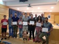 Foto de familia de autoridades y alumnado que ha recibido los diplomas acreditativos