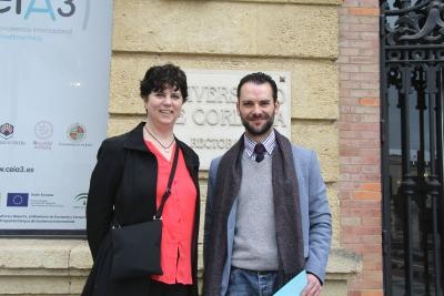 Michele Cox y Carlos García Martínez, en la puerta del  Rectorado