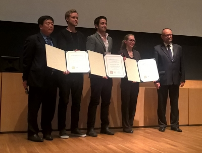 Antonio Miranda Fuentes, en el centro, flanqueado por el segundo y la tercera clasificados, en la entrega del premio Armand Blanc