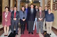 En el centro, el rector y la vicerrectora de Estudios de Postgrado y Formación Continua, con representantes de los Ayuntamientos firmantes y responsables de la Cátedra