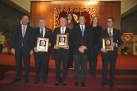 Autoridades y premiados al término del acto.