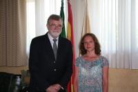 El rector, José Manuel Roldán, junto a Evgeniia Ivanova, profesora del Departamento de Relaciones Internacionales de la Universidad Federal de los Urales