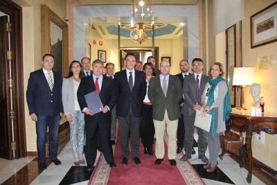 Autoridades asistentes a la firma del convenio