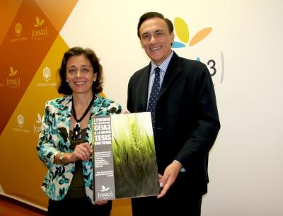 De izquierda a derecha, Mª del Mar Delgado, directora del Secretariado Formación de Investigadores de la UCO y José Carlos Gómez Villamandos, coordinador académico del ceiA3 y vicerrector de Estudios de Postgrado de la UCO, con el cartel anunciador del premio