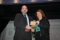 El vicerrector de Coordinación, Estudiantes y Cultura, Manuel Torres, recoge el premio
