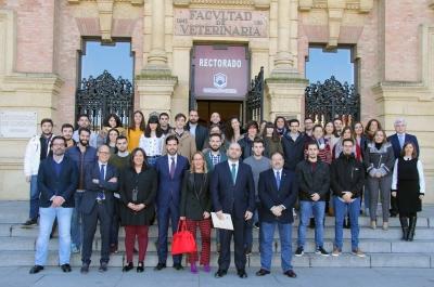 Foto de familia de autoridades, profesorado y participantes en la nueva edición del programa Explorer