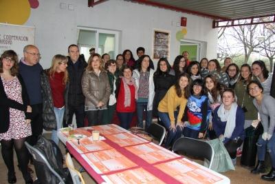 Rosario Mérida Serrano, María del Mar García Cabrera y Teresa González-Caballos Luna junto a personal del Área de Cooperación y Solidaridad y alumnos del Grado de Educación Social.