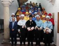 Foto de familia de autoridades académicas y nuevos doctores al término del acto