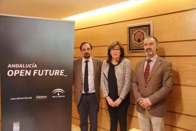 De izquierda a derecha, Marco Antonio Cabrera León, Julieta Mérida García y Juan Jesús Luna Rodríguez.