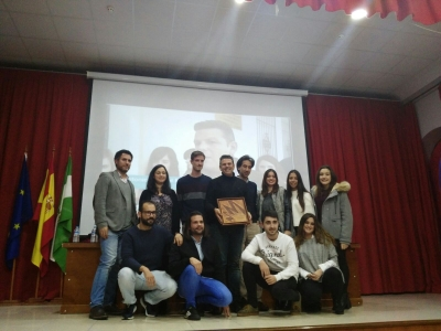 Integrantes del Laboratorio Jurídico Antidesahucios, con el premio concedido por la APDHA