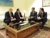 Responsables de Fundecor y la Fundación Cajasur conversan tras la firma del acuerdo