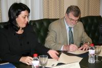Yolanda Parrado y el rector, José Manuel Roldán, en el acto de firma del convenio entre Casa Mediterráneo y la UCO