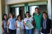 Momento de le entrega del certificado a la Unidad del PAS de Bioquímica y Biología Molecular por parte de Antonio Gomera, Coordinador del SEPA.