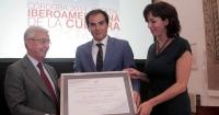 Rafael Anson entrega el diploma de designación al alcalde y  a la presidenta de la Diputación