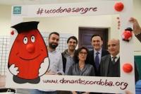 De izquierda a derecha, Alberto Mayoral, Julio Camacho, Isabel Baena, José Carlos Gómez y José Luis Gómez, posan dentro del marco diseñado para difundir la campaña