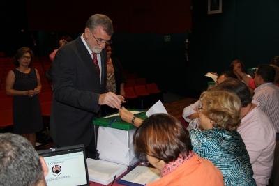 El rector, José Manuel Roldán, en el momento de votar.