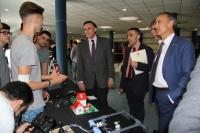 Alumnos de institutos explican sus proyectos a José Carlos Gómez Villamandos, Alfonso Zamorano, Bartolomé Cantador y Juan J. Luna.