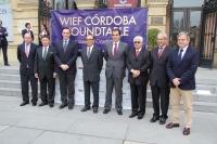 El rector, el tercero por la izquierda, junto con las autoridades organizadoras y participantes en la mesa redonda.
