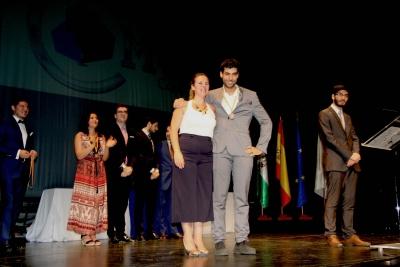Jorge Lucena recibe de manos de Aurora María Barbero su medalla como quinto mejor orador del mundo.