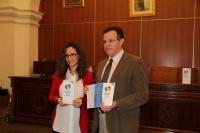 Ingrid Cobos López, secretaria administrativa del curso y Eulalio Fernández Sánchez, decano de la Facultad de Filosofía y Letras