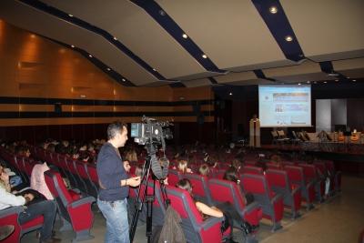 Vista general del salón durante el acto de bienvenida a los alumnos extranjeros