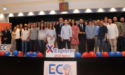 Foto de familia del rector y autoridades con ganadores y participantes en el Programa Explorer