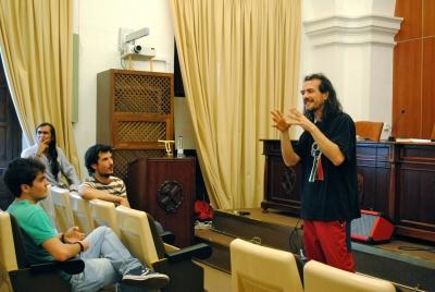 Un momento de la conferencia de esta mañana en 'Poesía para abrir grietas'