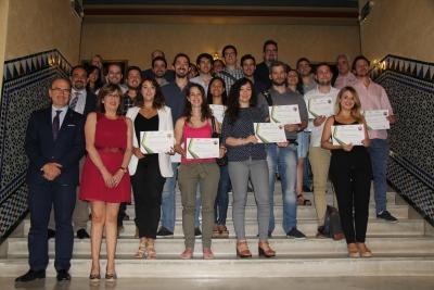 Foto de familia de los alumnos que recibirán la beca del programa.