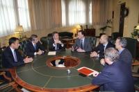 Representantes de la Universidad y ABB conversan tras la firma del acuerdo. En el centro (tercero y cuarto por la izquierda), Eduardo Villar y José Carlos Gómez Villamandos
