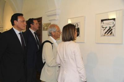 De izquierda a derecha, José Carlos Gómez, Eulalio  Fernández, Andrés Rábago 'El Roto' e Isabel Ambrosio, durante su recorrido por la exposición de las Galerías Cardenal Salazar